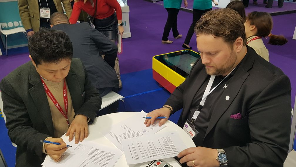 NUITEQ CEO and AVA CEO signing new contract.jpeg